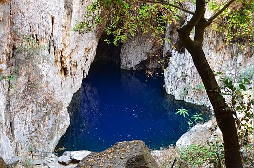 Voda v propasti je opravdu takto modrá